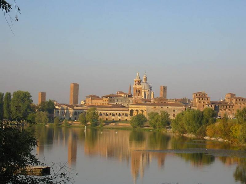 Gardameer_Mantova,_piazza_erbe,_palazzo_della_ragione.jpg