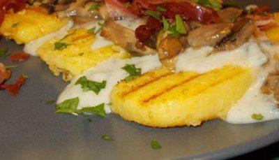 Polenta fritta con zucchine e formaggio