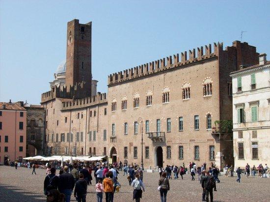 Gardameer_Mantova_Palazzo_Bonacolsi.jpg