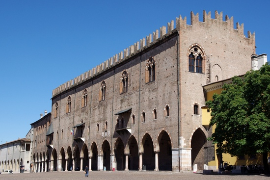 Gardameer_Mantova_Palazzo_del_Capitano.jpg