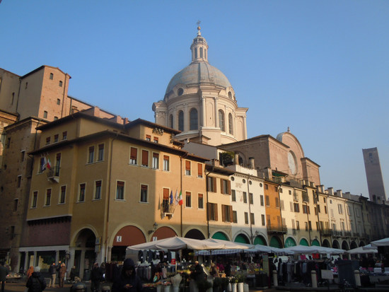 Gardameer_Mantova_Piazza_delle_Erbe.jpg