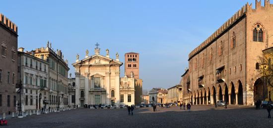 Gardameer_Mantova_piazza_sordello_palazzo_ducale.jpg